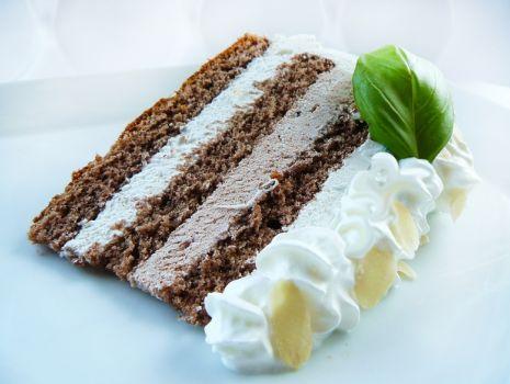 Przepis: Lekki tort śmietankowo – kakaowy