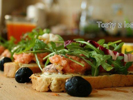 Przepis: Tosty z łososiem i pastą pomidorową