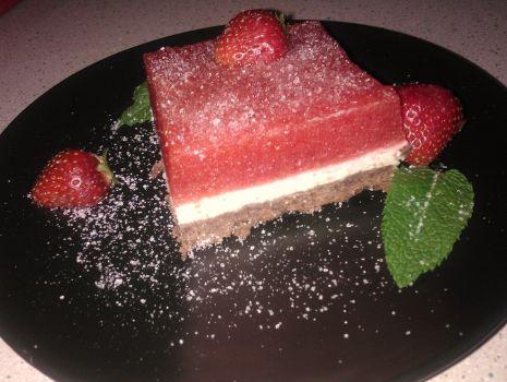 Przepis: Ciasto z truskawkowym musem i cytrynową pianką
