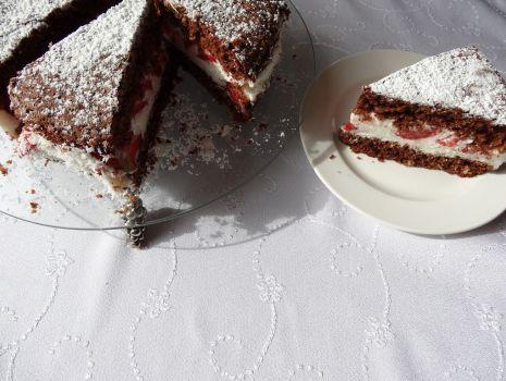 Przepis: Tort truskawkowy na czekoladowo-kokosowym spodzie