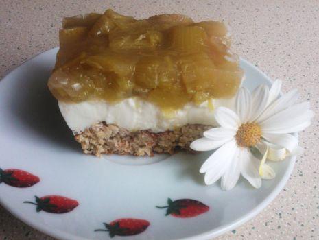 Przepis: Ciasto na otrębowym spodzie, z kefirem i rabarbarem