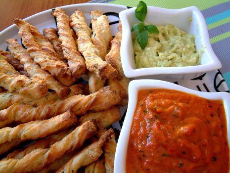 Przepis: Grissini z guacamole i sosem z pieczonej papryki. Smak słonecznej Italii.