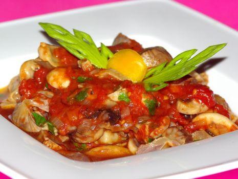 Przepis: Żołądki drobiowe z pieczarkami w pomidorach