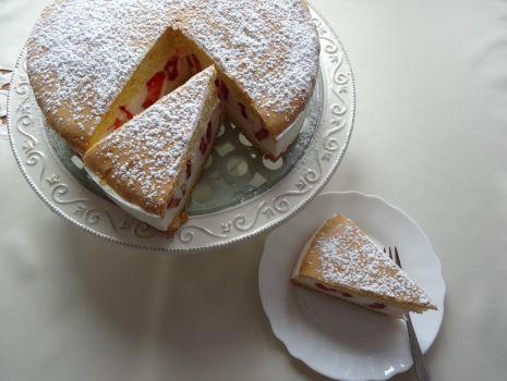Przepis: Tort truskawkowy z śmietankowym kremem