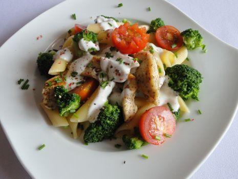 Przepis: Makaron z ziołowym kurczakiem, brokułami i pomidorkami