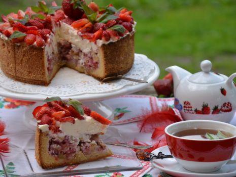 Przepis: Bardzo pyszne ciasto bezowe z rabarbarem i truskawkami