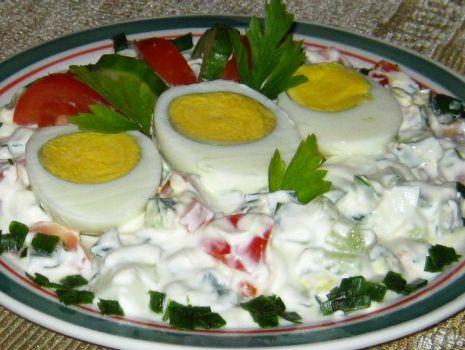 Przepis: Jajka w jogurtowo warzywnym sosie