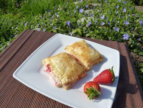 Przepis: Ciastka z ciasta francuskiego z truskawkami i twarożkiem