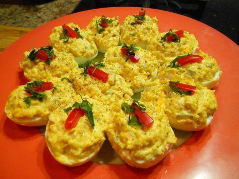 Przepis: Jajka faszerowane żółtym serem, szynką i ogórkiem