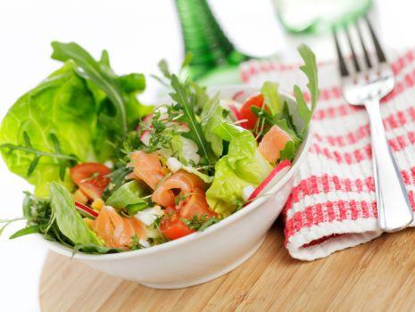 Przepis: Sałatka z łososiem wędzonym i sosem czosnkowym