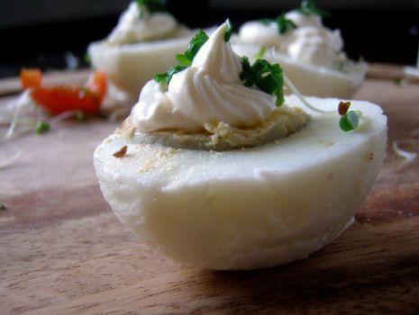 Przepis: Jajka w sosie majonezowo-chrzanowym