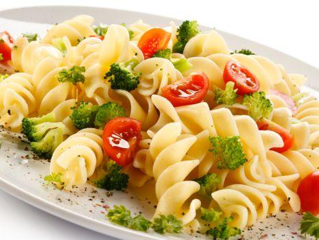 Przepis: Makaron z brokułami i pomidorem