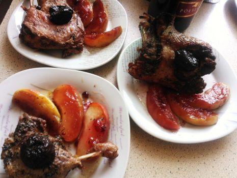 Przepis: Kaczka z jabłkami, marynowana w żubrówce i w winie