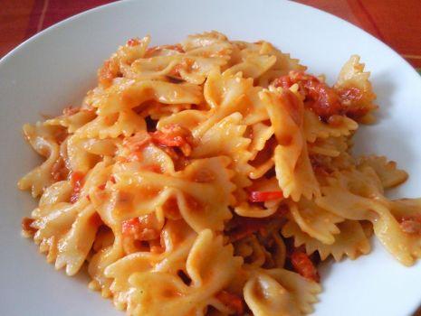 Przepis: Kokardki z szynką, chilli i sosem pomidorowym