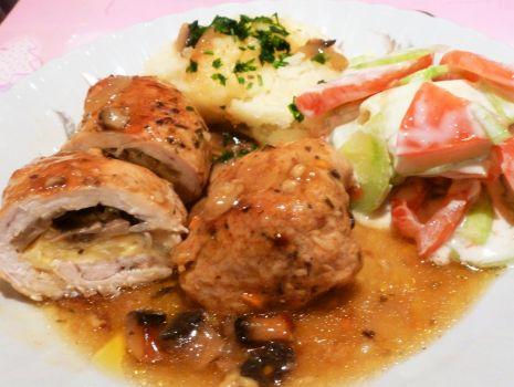 Przepis: Roladki z indyka w sosie z pieczarkami i cebulą