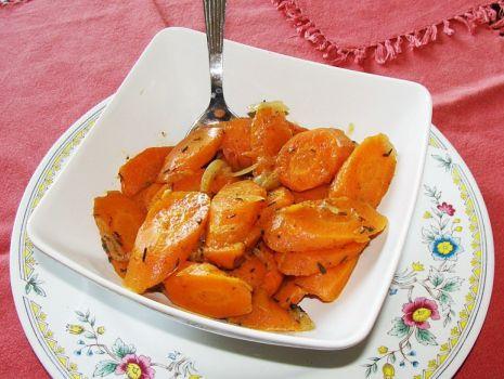 Przepis: Marchewka zasmażana z cebulką i tymiankiem
