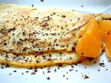 Przepis: Crêpes Suzette z kawałkami pomarańczy i wiórkami gorzkiej czekolady