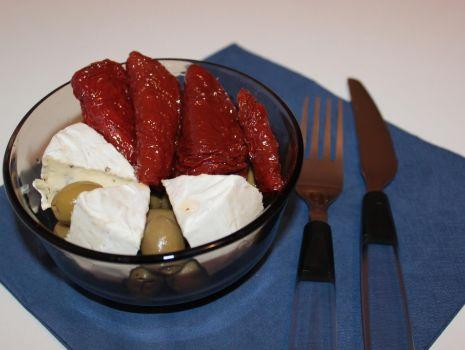 Przepis: Przekąska z szuszonymi pomidorami i oliwkami