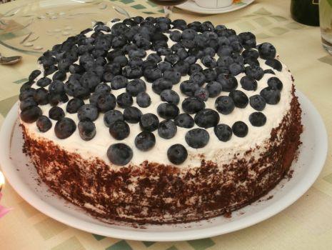 Przepis: Tort kakaowy z bitą śmietaną i borówkami