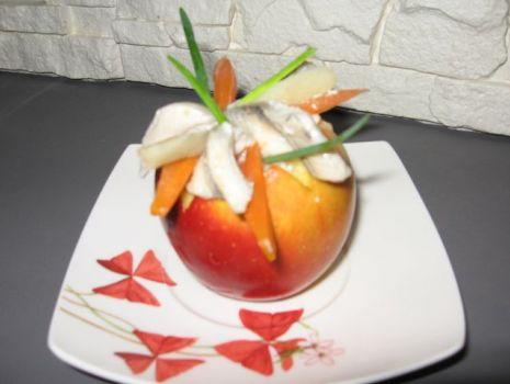 Przepis: Sałatka śledziowa z rodzynkami w jabłku