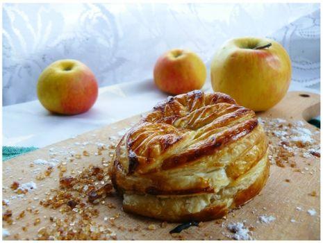 """Przepis: """" Zapiekane jabłko w cieście francuskim z daktylami i miodem """""""