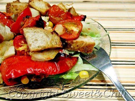 Przepis: Sałatka z pieczoną papryką, pomidorkami i kurczakiem w sosie miodowym