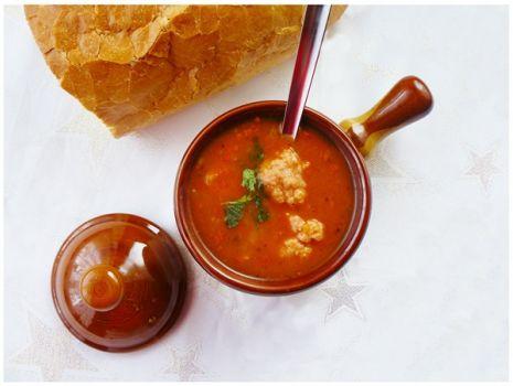 Przepis: Rozgrzewająca zupa gulaszowa z pulpecikami