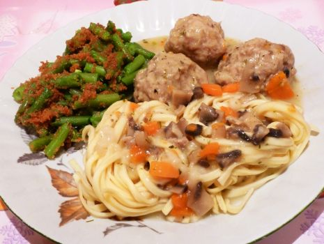 Przepis: Pulpeciki wieprzowe w sosie pieczarkowym z marchewką