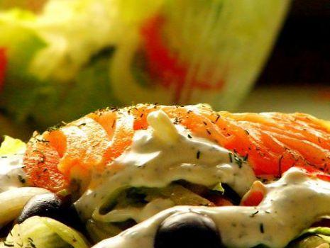 Przepis: Sałatka z wędzonym łososiem w sosie koperkowym