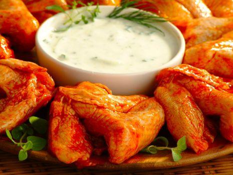 Przepis: Panierowane skrzydełka z sosem czosnkowym