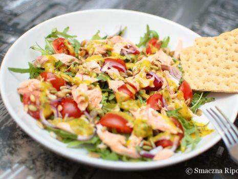 Przepis: Rukolowa sałata z wędzonym łososiem i dressingiem musztardowo-miodowym