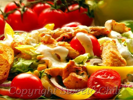 Przepis: Sałatka z grillowanym kurczakiem i bazyliowym sosem