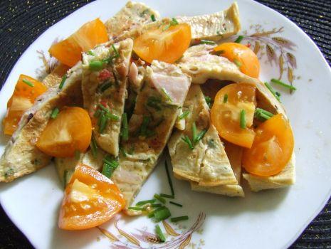Przepis: Pikantny omlet z pomidorami