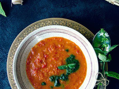 Przepis: Kremowa zupa pomidorowa z pieczoną papryką i włoskim akcentem