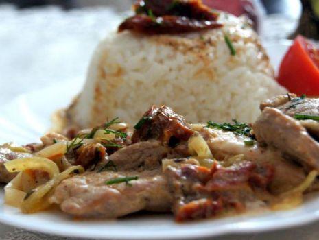 Przepis: Aromatyczne polędwiczki wieprzowe wraz z piersią z kurczaka w sosie