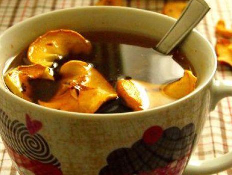 Przepis: Rozgrzewająca korzenna herbata z suszonym jabłkiem