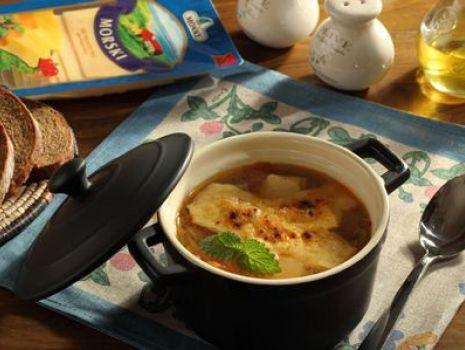 Przepis: Zupa cebulowa z żółtym serem