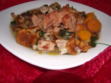Przepis: Zupa gulaszowa z kurkami z czerwonymi kluseczkami.