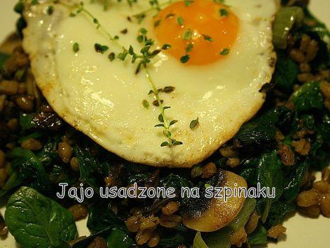 Przepis: Jaja na pęczaku i szpinaku
