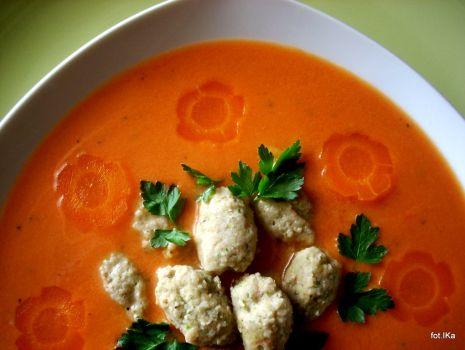Przepis: Kremowa pomidorowa z kiszonymi pomodorami i mięsnymi kluskami