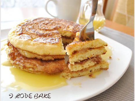 Przepis: Zakręcone pancakes z cynamonem i sosem śmietankowym