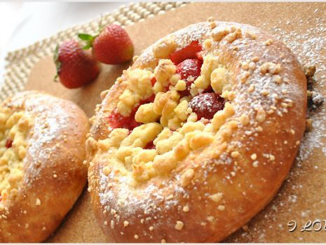 Przepis: Słodkie bułeczki z truskawkami i kruszonką - przepis
