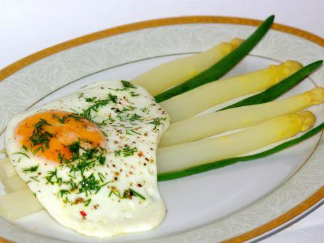 Przepis: Białe szparagi z jajem sadzonym