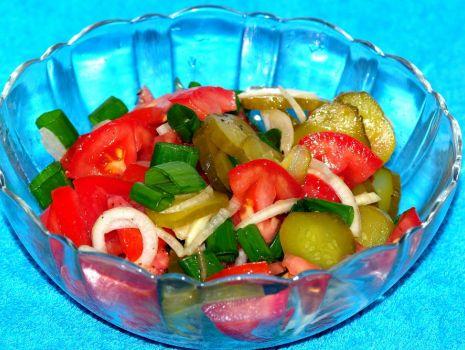 Przepis: Sałatka z pomidorem i kiszonym ogórkiem
