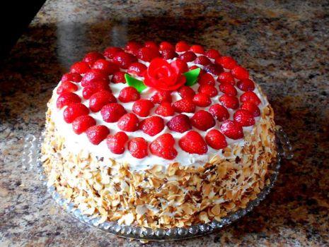 Przepis: Tort śmietankowo - truskawkowy