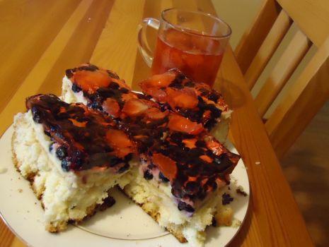 Przepis: Ciasto sezonowe z owocami na biszkopcie