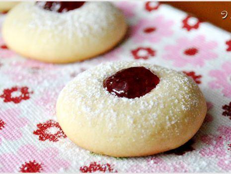 Przepis: Kruche ciasteczka z czerwonym oczkiem