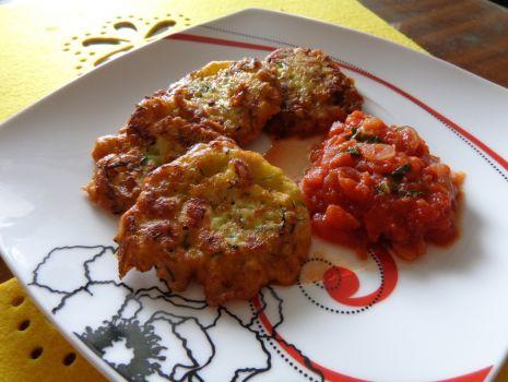 Przepis: Placuszki z cukinią i kurczakiem z pomidorowym sosem