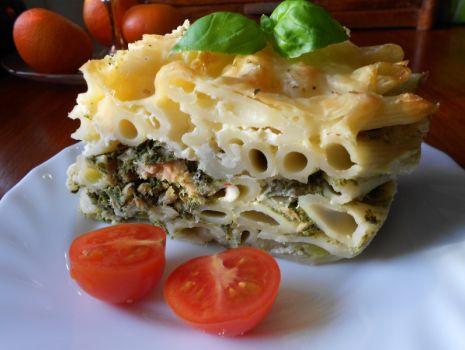 Przepis: Zapiekanka makaronowa z łososiem i szpinakiem