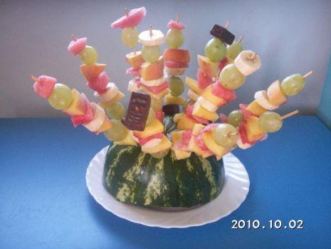 Przepis: Szaszłyki owocowe na arbuzie